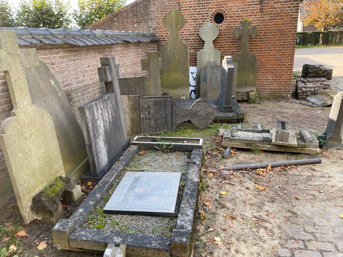 Vanwege een renovatie waren enkele kruizen en grafstenen tijdelijk van de begraafplaats gehaald.