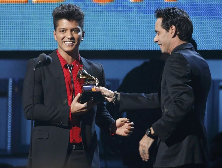 Marc Anthony (rechts) geeft Bruno Mars de Grammy voor Unorthodox Jukebox als Best Pop Vocal Album. Beeld null