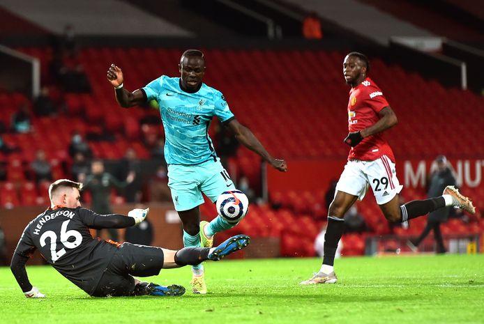 Sadio Mané strandt op Manchester United-doelman Dean Henderson.