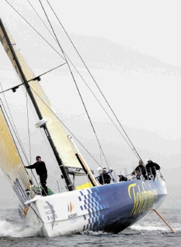 Schipper Bouwe Bekking liep gistermiddag kort na de start van de negende etappe in de Volvo Ocean Race vast met zijn schip Telefonica Blue. De Nederlander en zijn voornamelijk Spaanse bemanning konden niet voorkomen dat het leidende jacht strandde op de rotsen voor de Zweedse kust bij startplaats Marstrand. Reddingswerkers slaagden erin de gehavende boot na anderhalf uur vlot te trekken. (FOTO EPA) Beeld