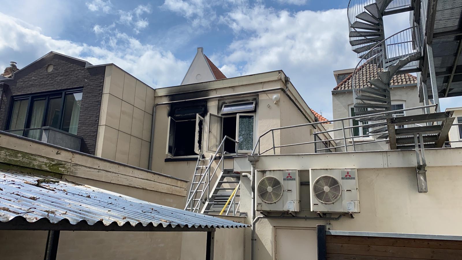 """De brand deze maand aan de Treurnietsgang in een woning in het centrum van Deventer. De bewoners bleken uiteindelijk niet thuis. Buren Luuk en Esther hebben sindsdien een touwladder hangen. ,,Het kan ook bij ons gebeuren."""""""