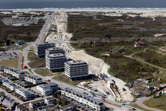 De bouwers van bedrijven Boskalis en Swietelsky bouwen momenteel de metrobaan en 'tunnelbak' naast de duinen.