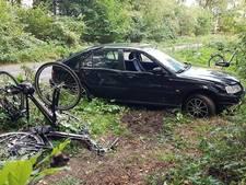 Automobilist schept drie fietsers in Tonden