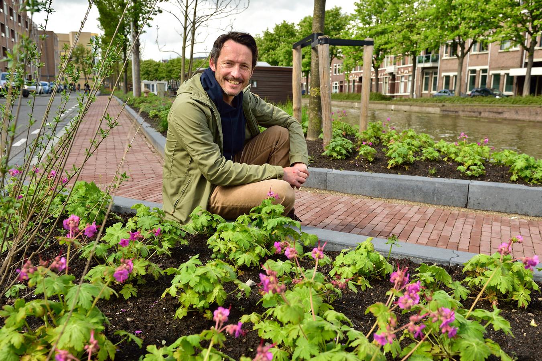 Marc Meijer bij de Houtmansgracht. Veel parkeerplaatsen hebben hier plaatsgemaakt voor groen.