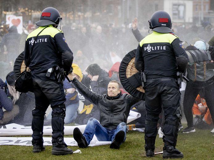 Protesten op het Museumplein. De nieuwe wet moet agenten beter gaan beschermen tegen geweld, hoopt minister Sander Dekker.