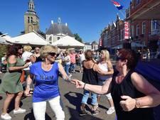 Overvolle terrassen bij smartlappenfestival op Oude Markt