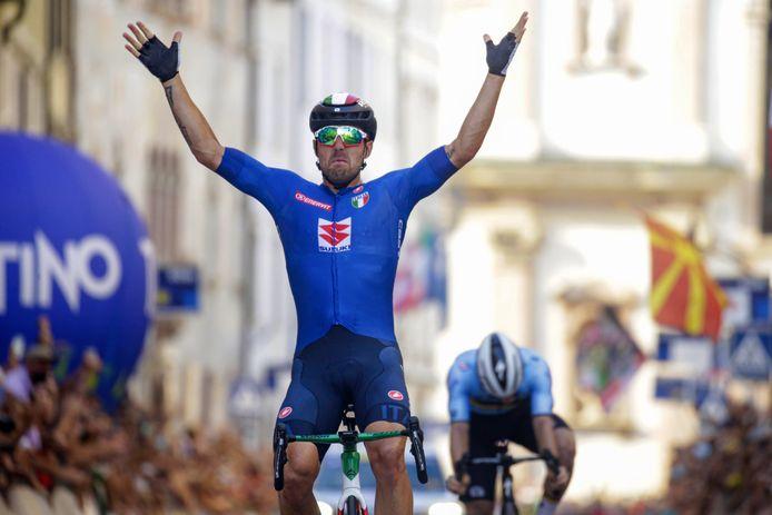 Sonny Colbrelli kroont zich tot Europees kampioen. Remco Evenepoel buigt het hoofd.