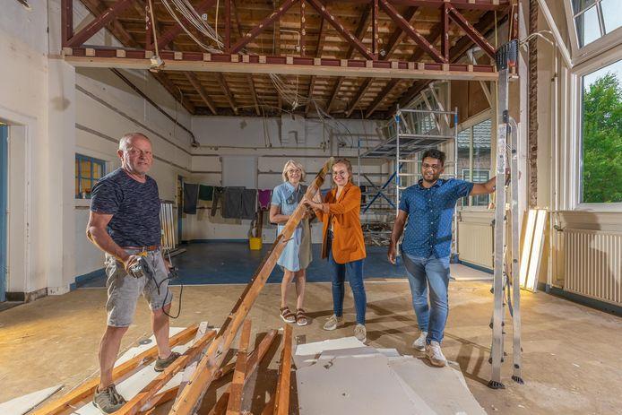 """Van links naar rechts: Jan Pieter en Jenny van Eerde en Maartje en Adjay Bohorie nemen in de voormalige klaslokalen van de oude basisschool in Genne het bouwmateriaal en gereedschap ter hand. ,,Het moet echt zichtbaar blijven dat het ooit een school is geweest."""""""