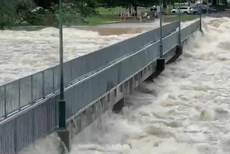 De stad Townsville overstroomt nadat een nabij gelegen dam is opengezet.  Beeld REUTERS