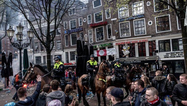 Op het Leidseplein (foto) en Rembrandtplein mogen mensen zich zondag niet onherkenbaar uitdossen. Beeld Rink Hof
