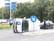 Bestuurder busje ziet auto in Haarle over het hoofd en belandt na botsing op zijkant