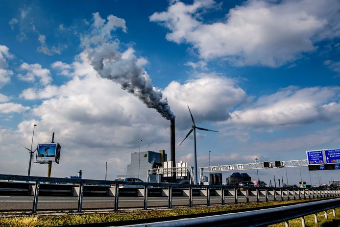 De Hemwegcentrale in Amsterdam, die nu nog kolen verstookt maar per 2024 dicht moet zijn of overgestapt op duurzame energie