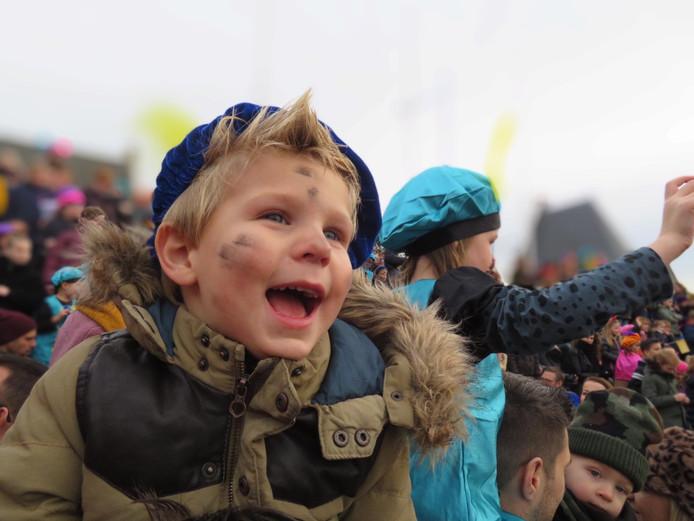 Jaaa! Daar komt Sinterklaas! Jack (3) uit Alblasserdam was door het dolle heen toen de stoomboot aankwam met Sinterklaas en zijn Pieten.