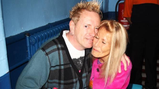 """Ex-Sex Pistol John Lydon (64) verzorgt dementerende echtgenote (78): """"Ze heeft ons huis al twee keer in brand gestoken, maar ik kan niet zonder haar"""""""