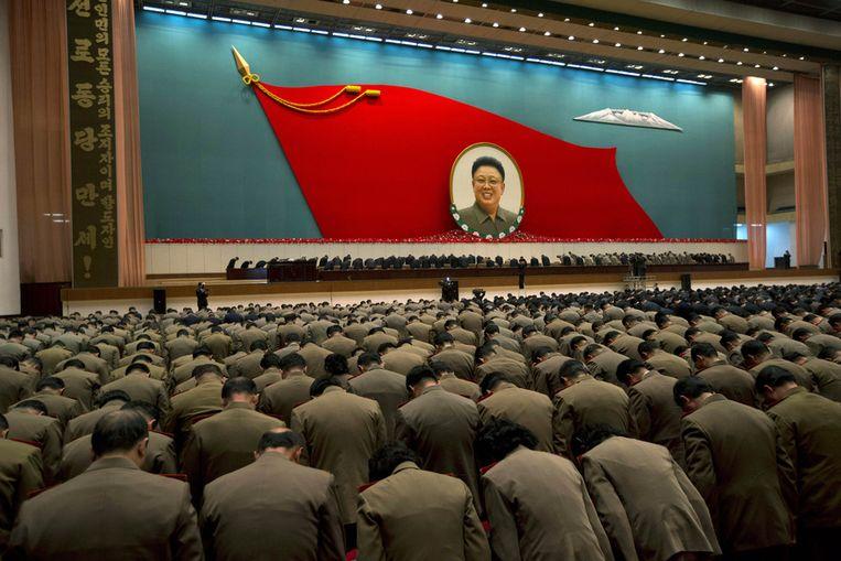 Noord-Korea herdenkt massaal de eerste verjaardag van het overlijden van Kim Jong Il. Beeld ap