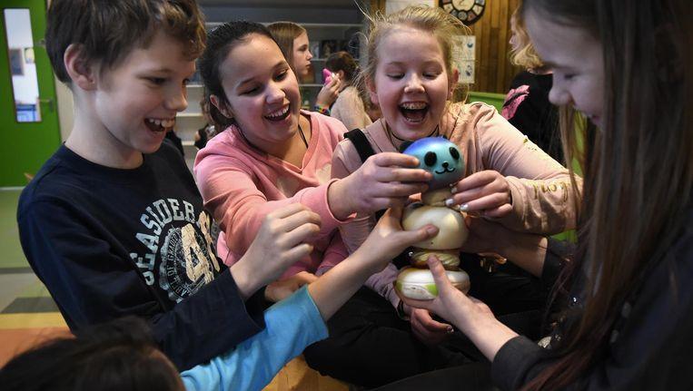 Kinderen van basisschool De Samensprong in Steenwijk met hun squishies. Verzamelen is deel van de lol. Beeld Marcel van den Bergh / de Volkskrant