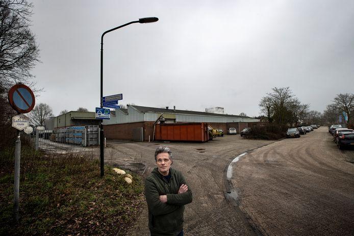 De Aarlese fietsenmaker Henk Mertens heeft niet alleen een conflict met zijn buurman, koekjesfabriek Jeurgens, maar inmiddels ook met burgemeester Frank van der Meijden van Laarbeek.