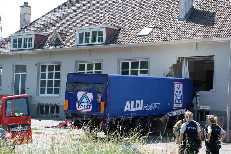 De vrachtwagen boorde zich in het politiekantoor van Machelen. Beeld Mark Baert