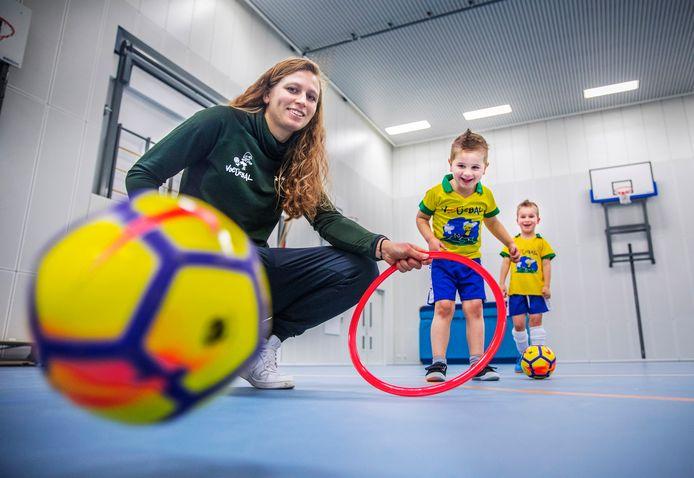 Priscilla Mesker geeft voetbaltraining aan de allerjongsten.