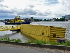 Schip botst tegen Willemsbrug en verliest drie containers: 'Ik hoorde de schipper vloeken'