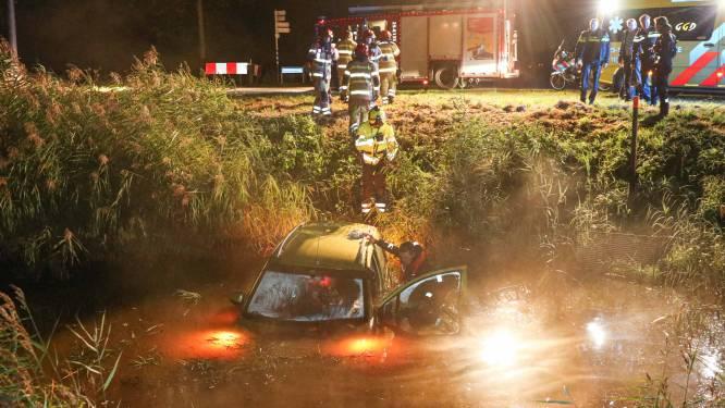Hulpverleners redden vrouw uit water in Nagele