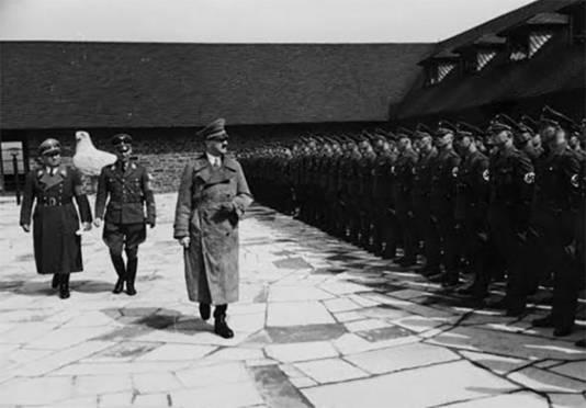 Hitler bezoekt de Vogelsang-universiteit.