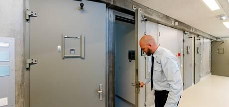 Gevangenismedewerker Fabio moet zelf de cel in