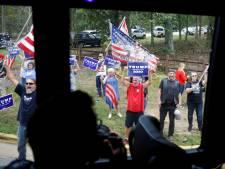 FBI doet onderzoek naar belaging campagnebus Biden door Trump-aanhangers