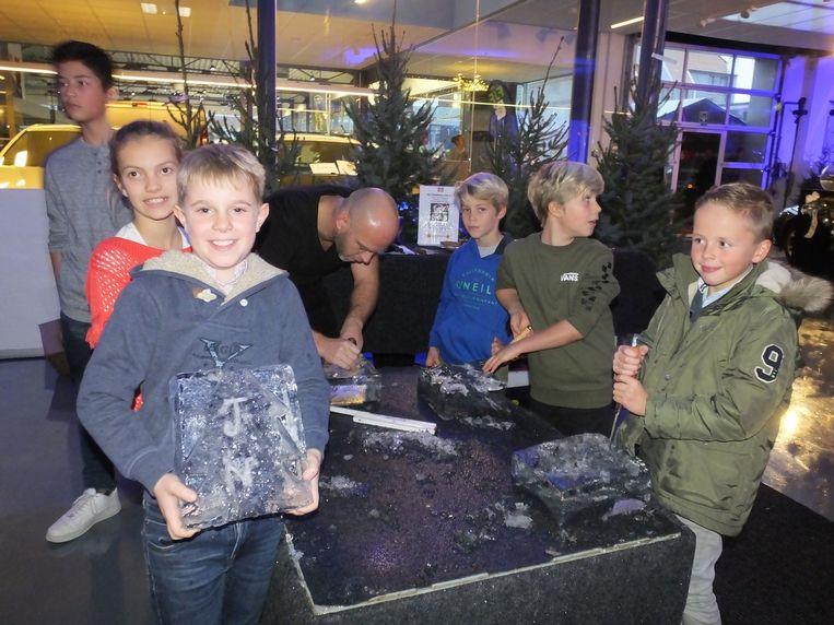 Jarne Neirynck toont trots zijn bevroren creatie.