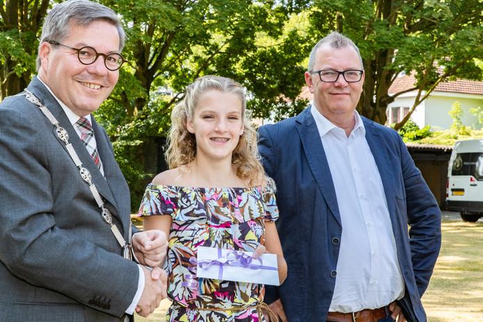 Maud van Kempen geflankeerd door de burgemeester (l) en wethouder van Geldrop
