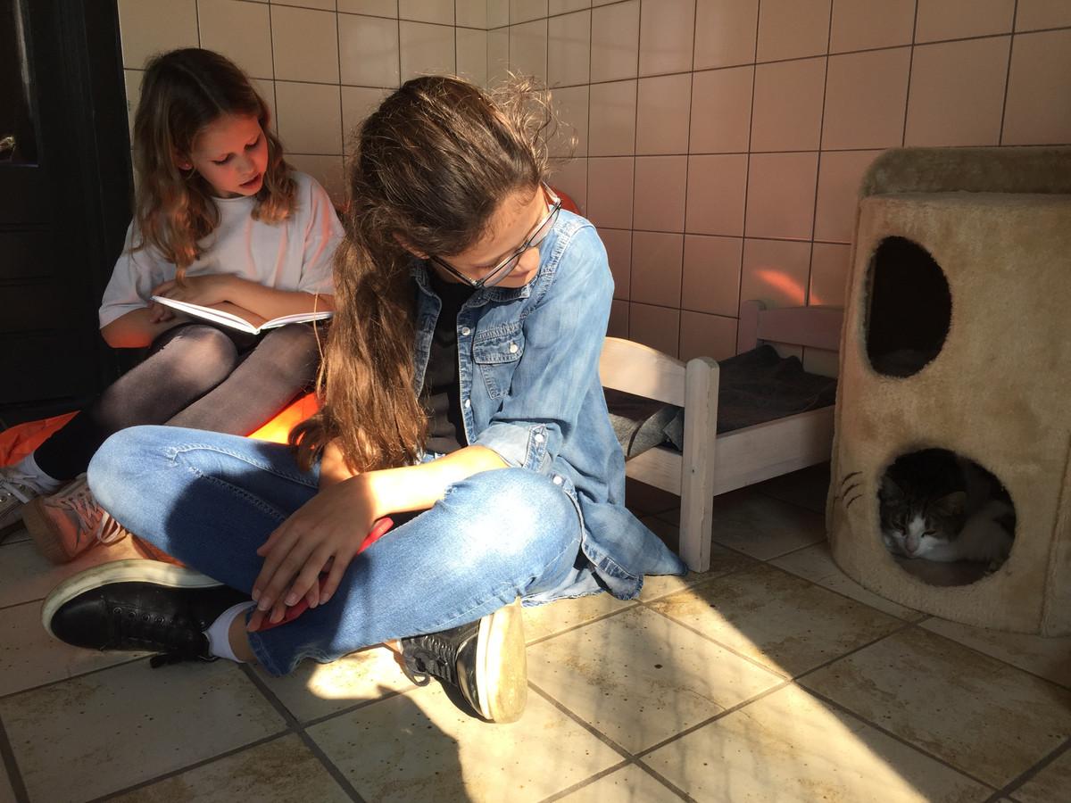 Lotus Neessen en Mila Zijlstra lezen voor uit het boek Het Verdwijngat.