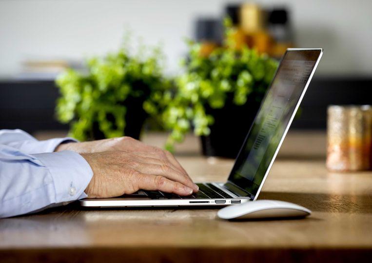 Callcenters stellen strenge eisen aan medewerkers die sinds de coronacrisis thuiswerken. Als de internetverbinding van een medewerker uitvalt wordt deze, gedurende het aantal minuten dat dit duurt, niet uitbetaald. Beeld ANP