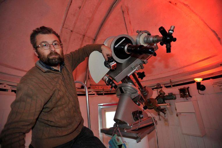 Philippe Mollet bij de huidige grote telescoop. Volkssterrenwacht Mira zou graag een nieuwe kopen.