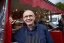 Slager Ad Jansen staat al 40 jaar elke dinsdagmorgen op het Vlearmoesplein in Neede met hun marktslagerij. Na 1 juni neemt keert hij niet meer terug. Tot verdriet van zijn vaste klanten, die hem al aan het bedanken zijn met cadeautjes.
