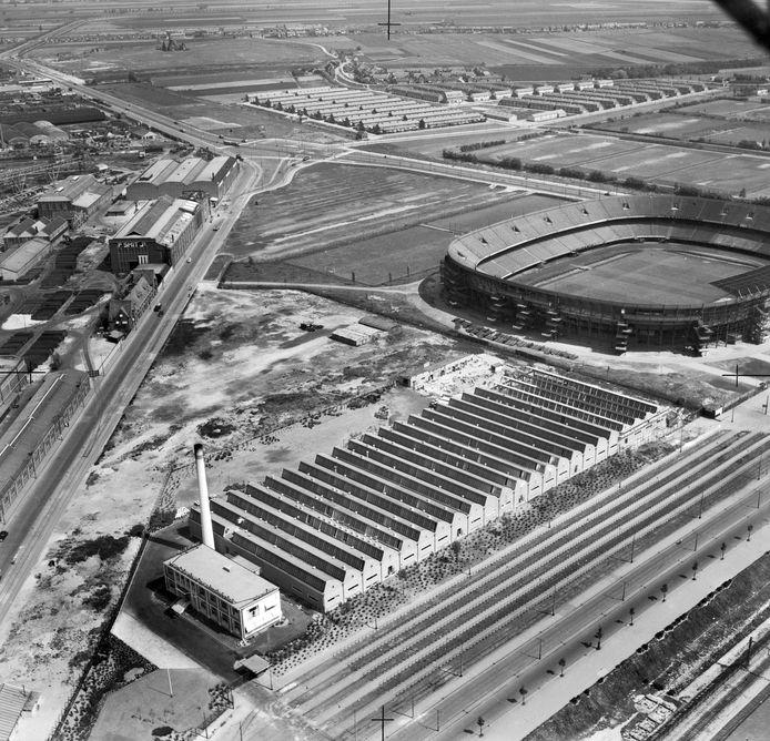1952. IJsselmonde met links scheepswerf Piet Smit en in de verte Sportdorp met richting Kerkedijk het Zomerlandkerkje. Rechts de Van Mellefabriek aan de Olympiaweg en stadion Feijenoord, nog zónder 'kapje'. Als de plannen doorgaan, moet hier in de toekomst Feyenoord City verrijzen.
