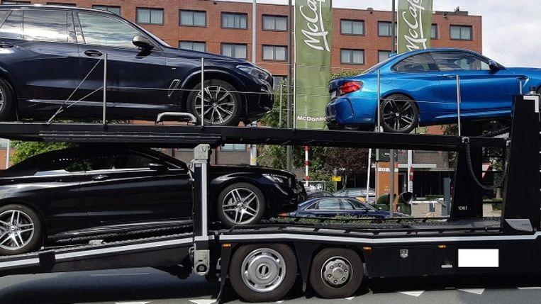 Op 9 september heeft de politie een trouwstoet aan de kant gezet vanwege diverse verkeersovertredingen. Beeld Politie.nl