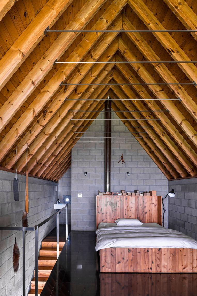 Delbroeks ruime slaapkamer onder de nok met enkele van zijn meubels en kunstwerken uitgestald. Beeld Luc Roymans
