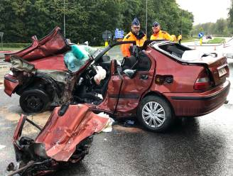 Moeder (27) en dochter (2) in levensgevaar nadat wagen door truck gegrepen wordt