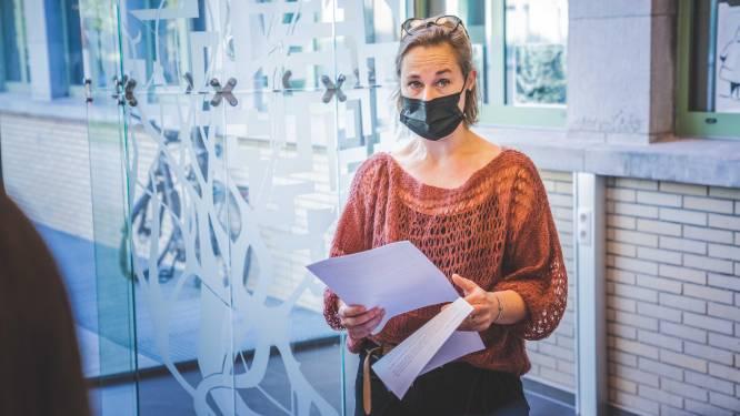 Glaskunstwerk van Veerle Verschooren smukt wachtzaal oogziekten in UZ Gent op