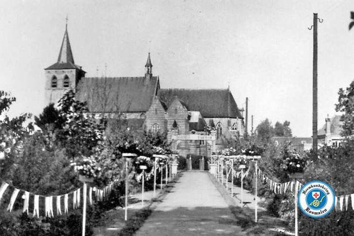 Vroeger konden pastoor en kapelaan vanuit de pastorie over een laantje rechtstreeks naar de Lambertuskerk lopen. Nu zijn daar parkeerplaatsen.