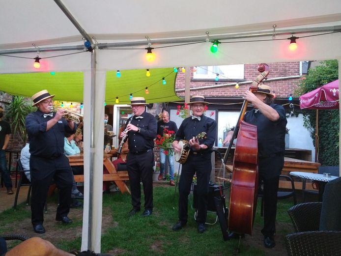 In totaal zorgden drie mobiele livebands voor een sfeervol stadsfestival Terrazza in Borgloon.