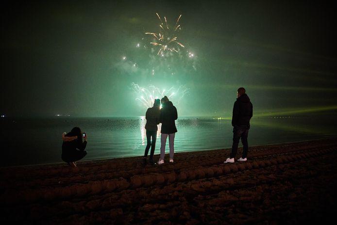 De vuurwerkshows, zoals hier bij Nesselande, gaan niet door. De gemeente komt nu met een online lichtspektakel.