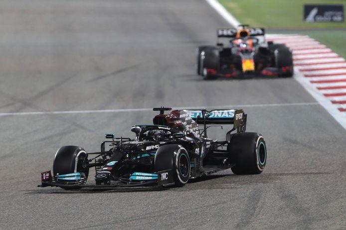 Lewis Hamilton (l) bleef Max Verstappen net voor in Bahrain.