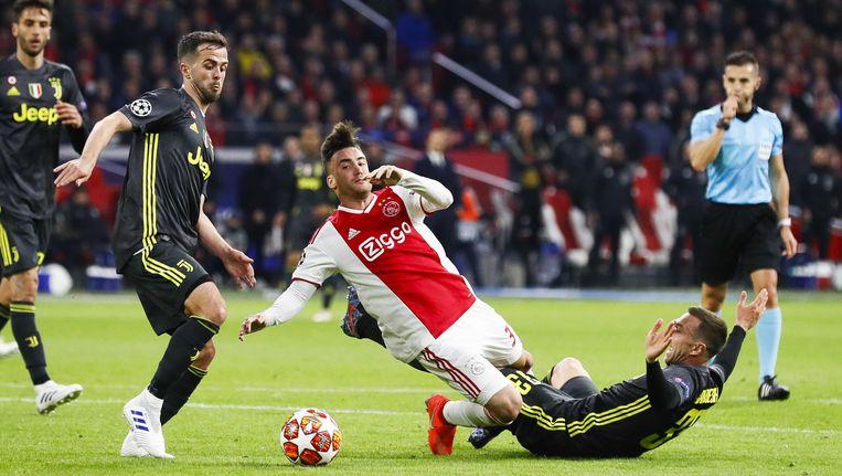 Tagliafico in duel met twee spelers van Juventus Beeld anp
