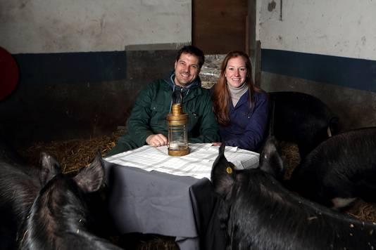 Maarten en Josephine Hamel in de Steenbergse varkensstal die zij hebben overgenomen om het vlees van deze dieren te promoten in hun restaurant 't Geheim van Bergen.