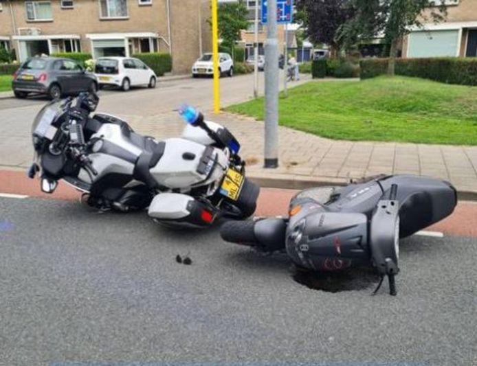 De motoragent en de bestuurder van de scooter kwamen beiden ten val.