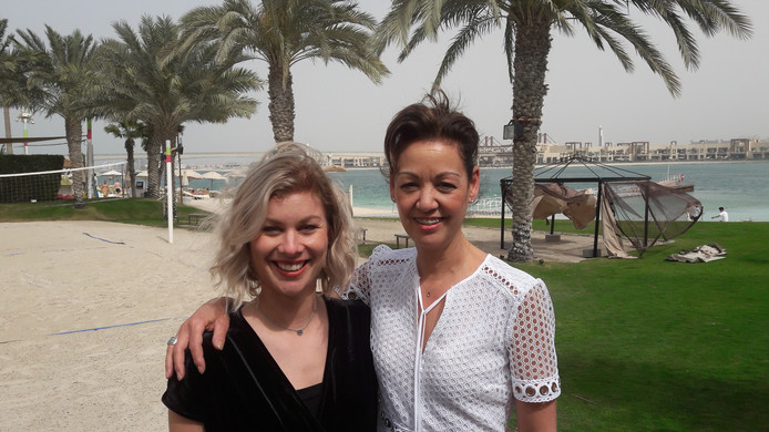 Helmondse juf Daisy Mertens in Dubai met haar moeder Kitty Scholtz.
