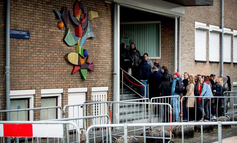 Veel dranghekken, maar er zijn vandaag minder belangstellenden voor de rechtszaak tegen Willem Holleeder. Beeld anp