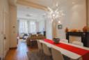 De woonkamer bevat nog authentieke elementen.
