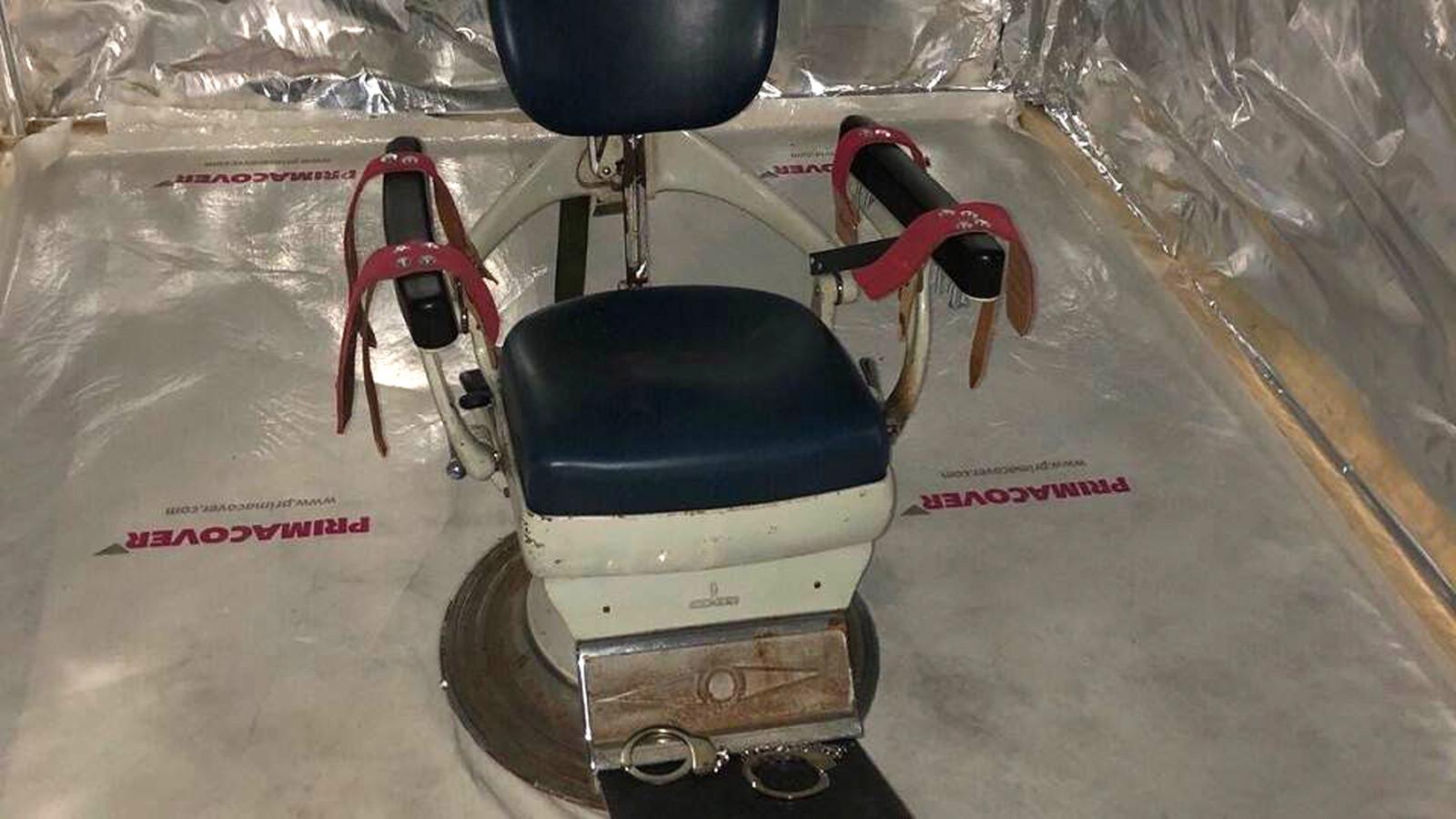 Een van de containers was ingericht als martelkamer, voorzien van tal van gereedschappen en een tandartsstoel waarop een slachtoffer kon worden vastgebonden.